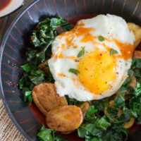 Crispy Potato and Kale Breakfast Bowls {with Sriracha-Honey Drizzle}